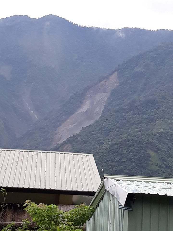 高雄茂林山谷出現大面積土石滑落,初判是林班地崩塌。記者徐白櫻/翻攝
