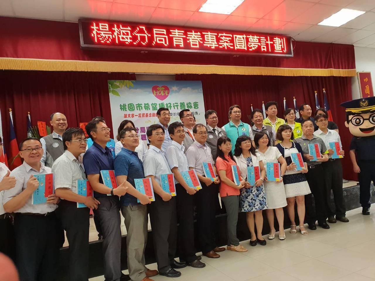 20校400位學生獲贈聯合報全國高、中、小學生作文比賽優等集成冊一書,各校長、主...