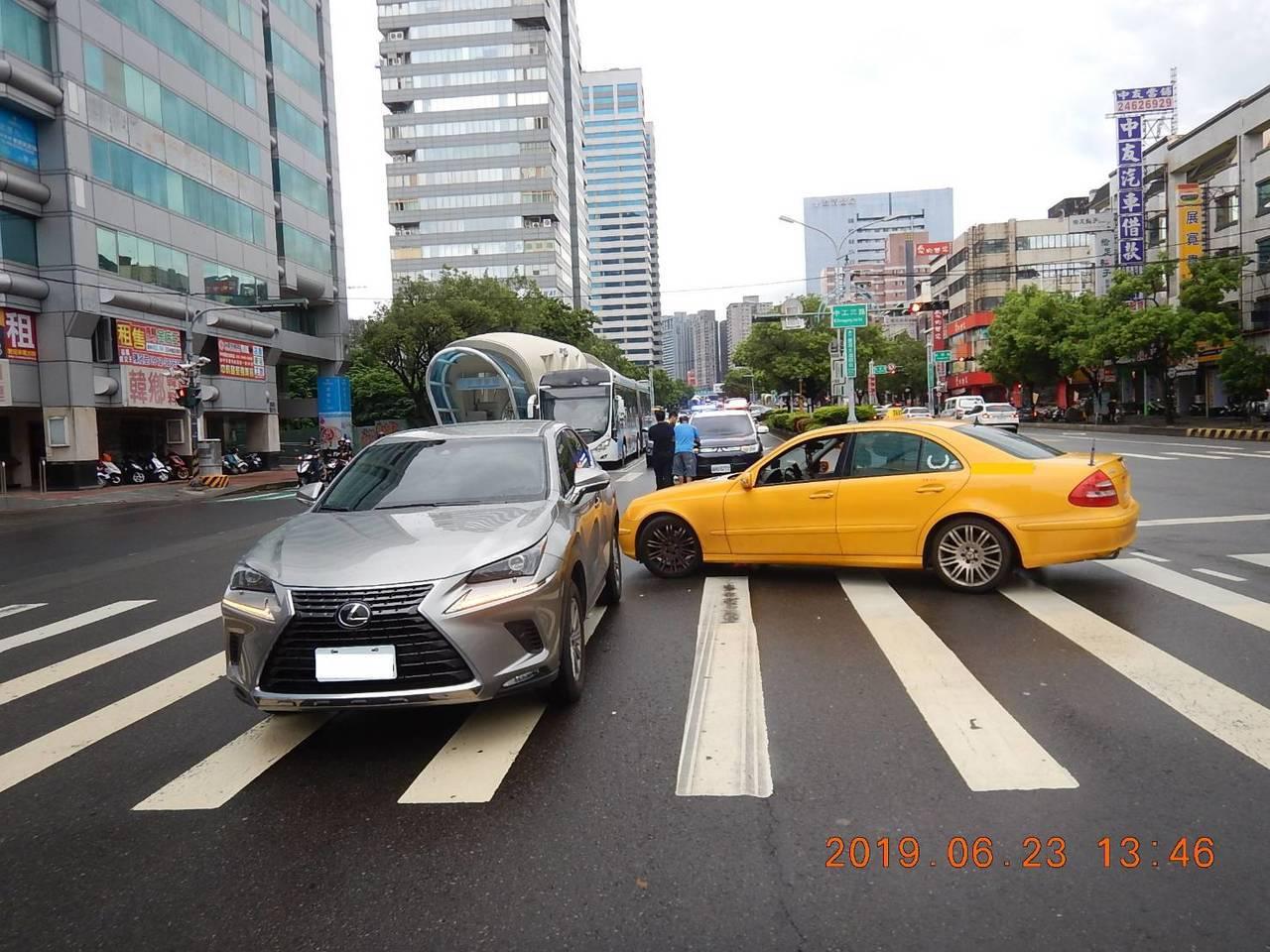 台中市王姓男子23日下午與周姓計程車司機發生擦撞,沒有人員受傷。記者陳宏睿/翻攝
