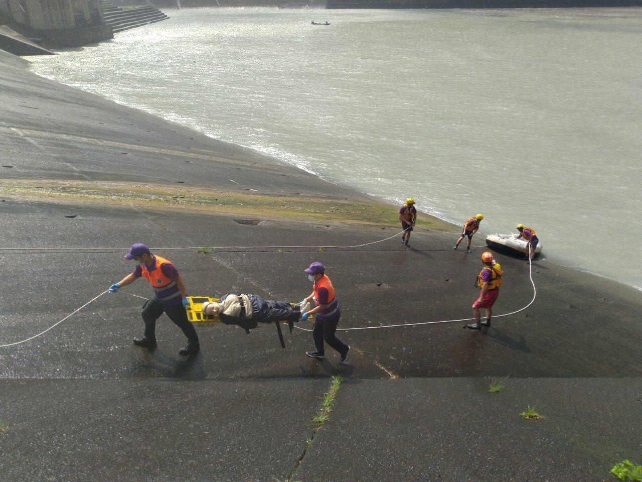 石門水庫汛期洩洪壯觀景象,吸引遊客駐足圍觀。北水局結合消防、保安警力等單位,在水...