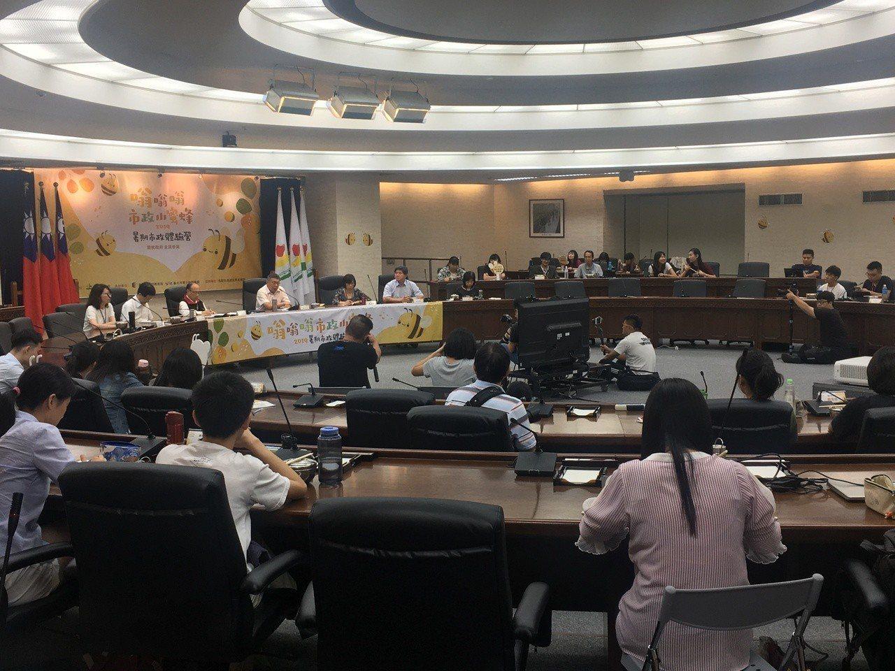 台北市長柯文哲今天中午出席「嗡嗡嗡市政小蜜蜂」與大專院校生便當會。記者魏莨伊 /...