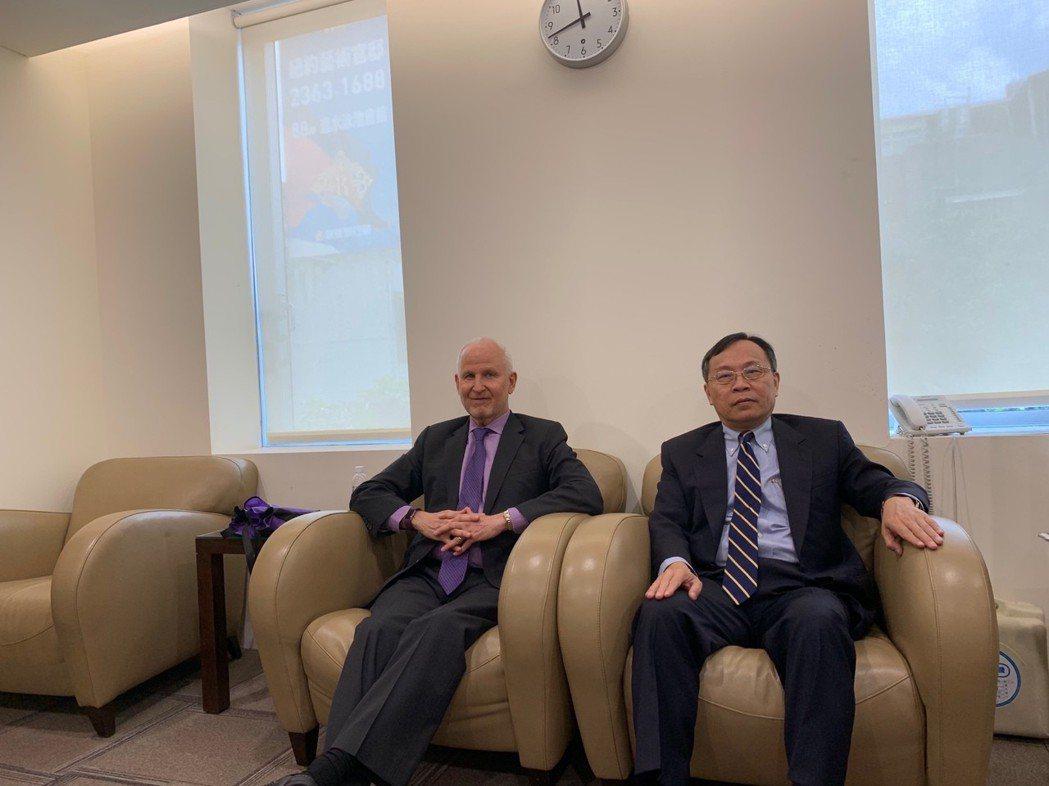 在銀行公會理事長呂桔誠(右)邀請下,美國西北大學校長夏碧洛來台進行金融研訓院國際...