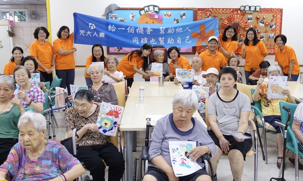 元大人壽志工團前進台南,舉辦「銀向陽光失智長者陪伴關懷」志工活動。圖/元大人壽提...