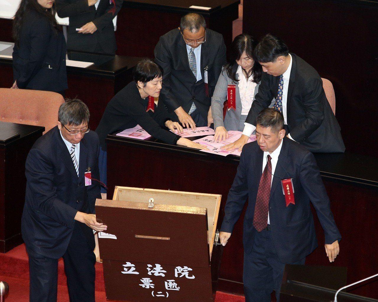 立法院會上午行使司法院大法官被提名人楊惠欽、蔡宗珍、謝銘洋、呂太郎同意權案投票,...