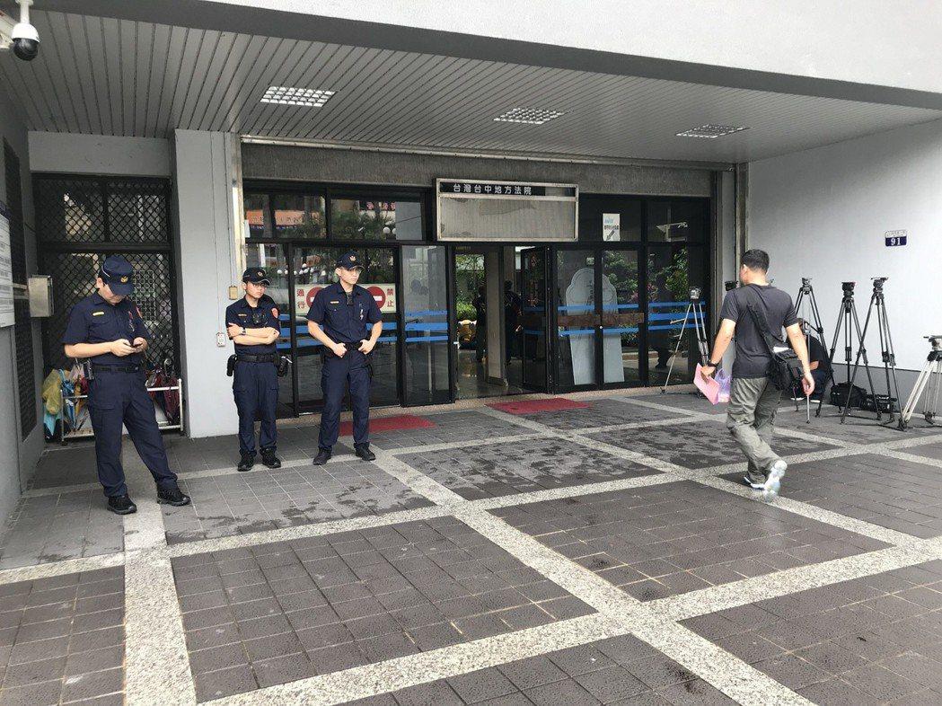 台中市警局第一分局今早派多名警力到場戒備,不容公權力受到挑戰。記者林佩均/攝影