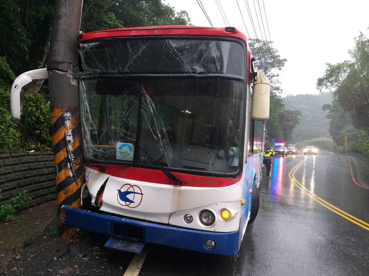 1輛基隆客運今天下午在基隆、新北萬里區交界附近衝撞路旁電線桿,造成16人受傷;被...
