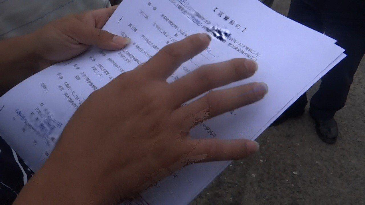 一家工廠被質疑是有毒黑土,業者出示文件澄清是合法安全的粒料級配。記者蔡維斌/攝影