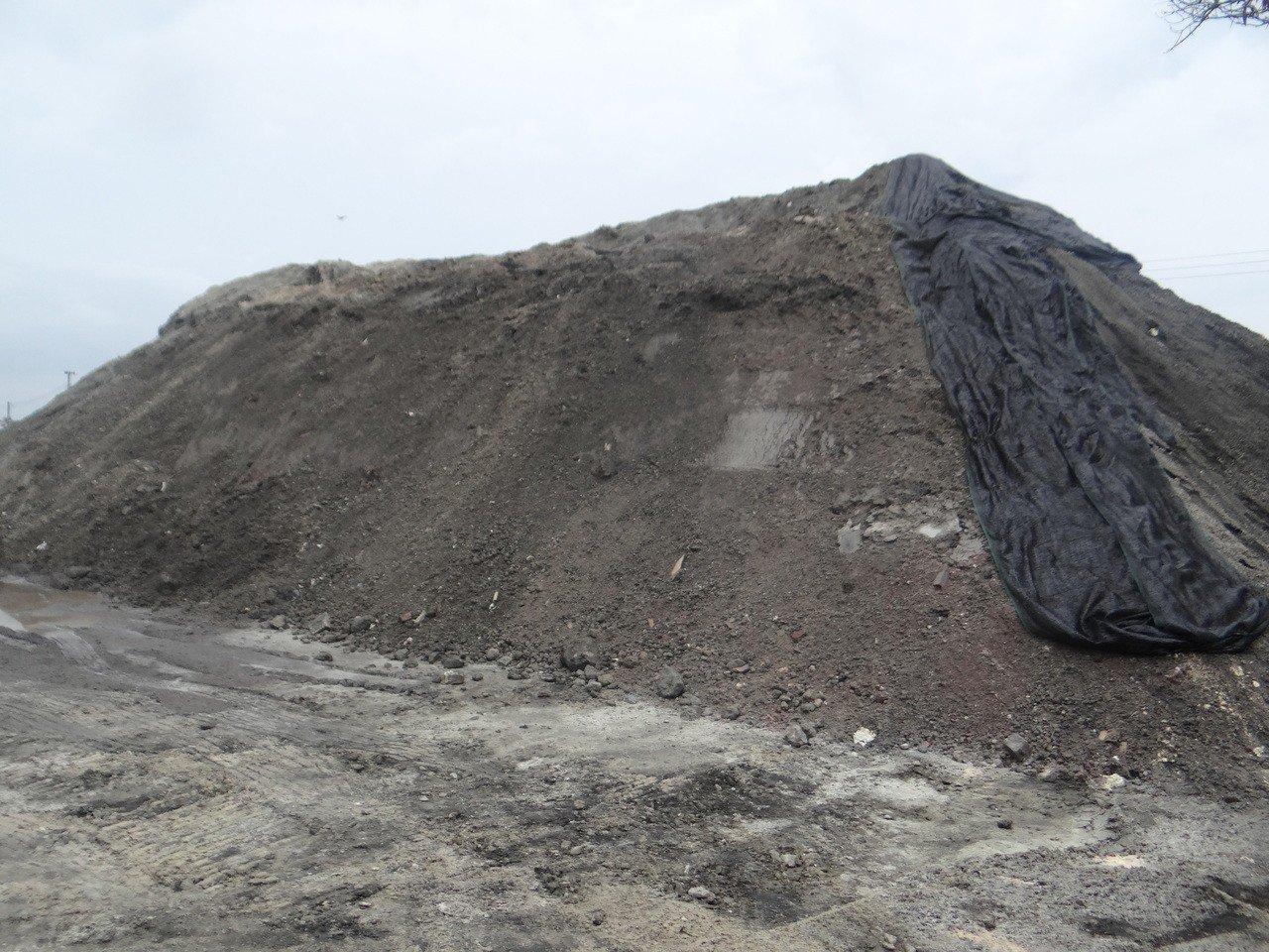 這堆土方被質疑是有毒黑土,業者出示文件澄清是合法安全的粒料級配。記者蔡維斌/攝影