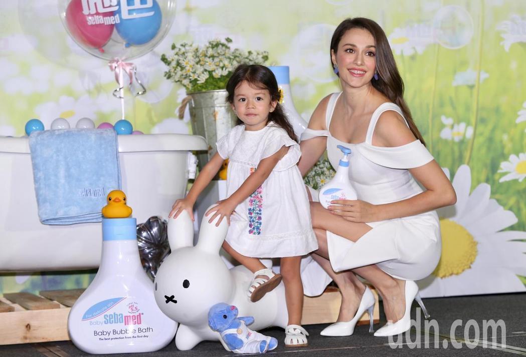 瑞莎(右)帶女兒一起出席代言活動。記者徐兆玄/攝影