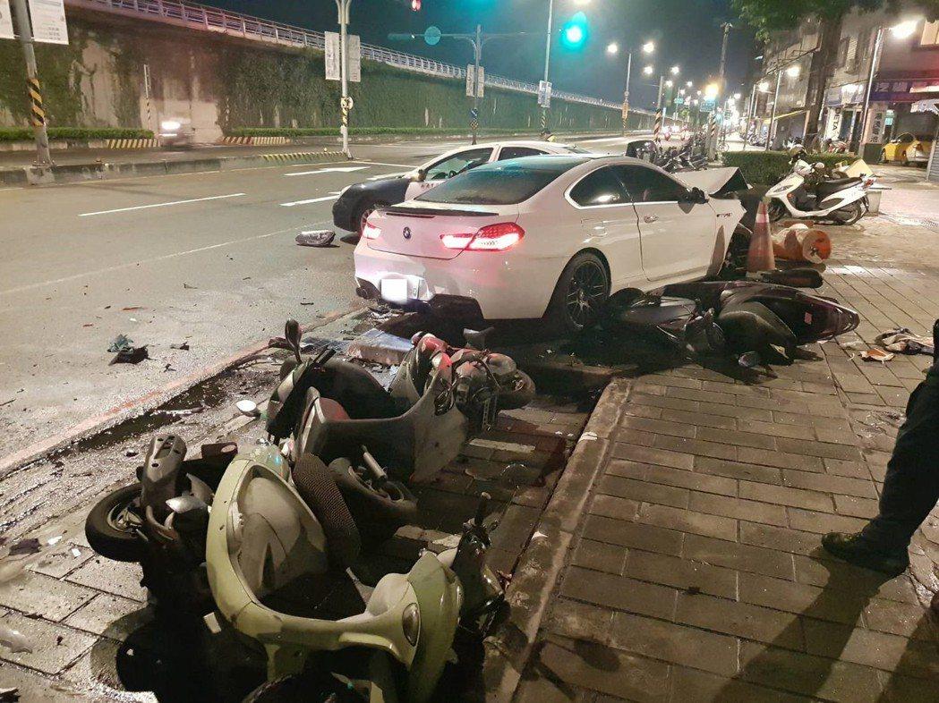 鄧姓男子前晚11時許駕駛BMW行經永和區環河東路一段時,疑因分心撿手機未注意路況...