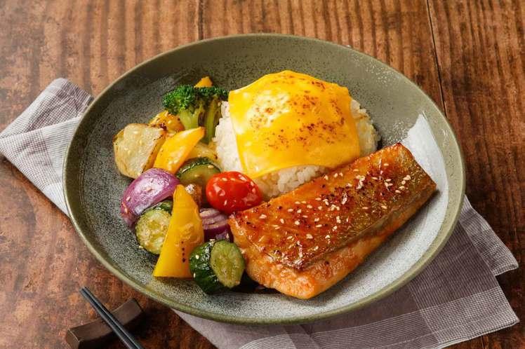 搭上盛夏之際,美威鮭魚飄炭烤香,端出「炭烤彩蔬厚切鮭魚排飯」。圖/美威鮭魚提供