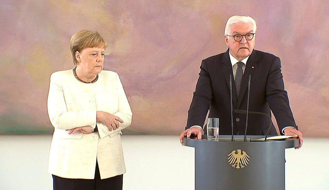 德國總理梅克爾(左)27日和總統史坦邁爾(右)會面時,再度發生身體顫抖不適狀況。...