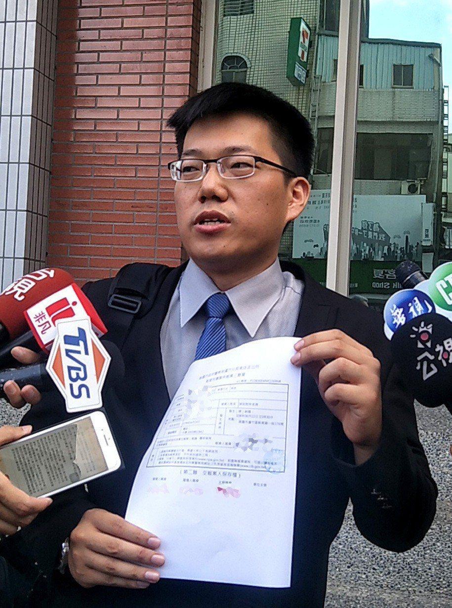 長榮航空委託律師蔡頤奕(見圖)攜帶空服員委託書,前往蘆竹分局報案,對工會幹部多人提出妨害護照條例刑事告訴。記者曾增勳/攝影
