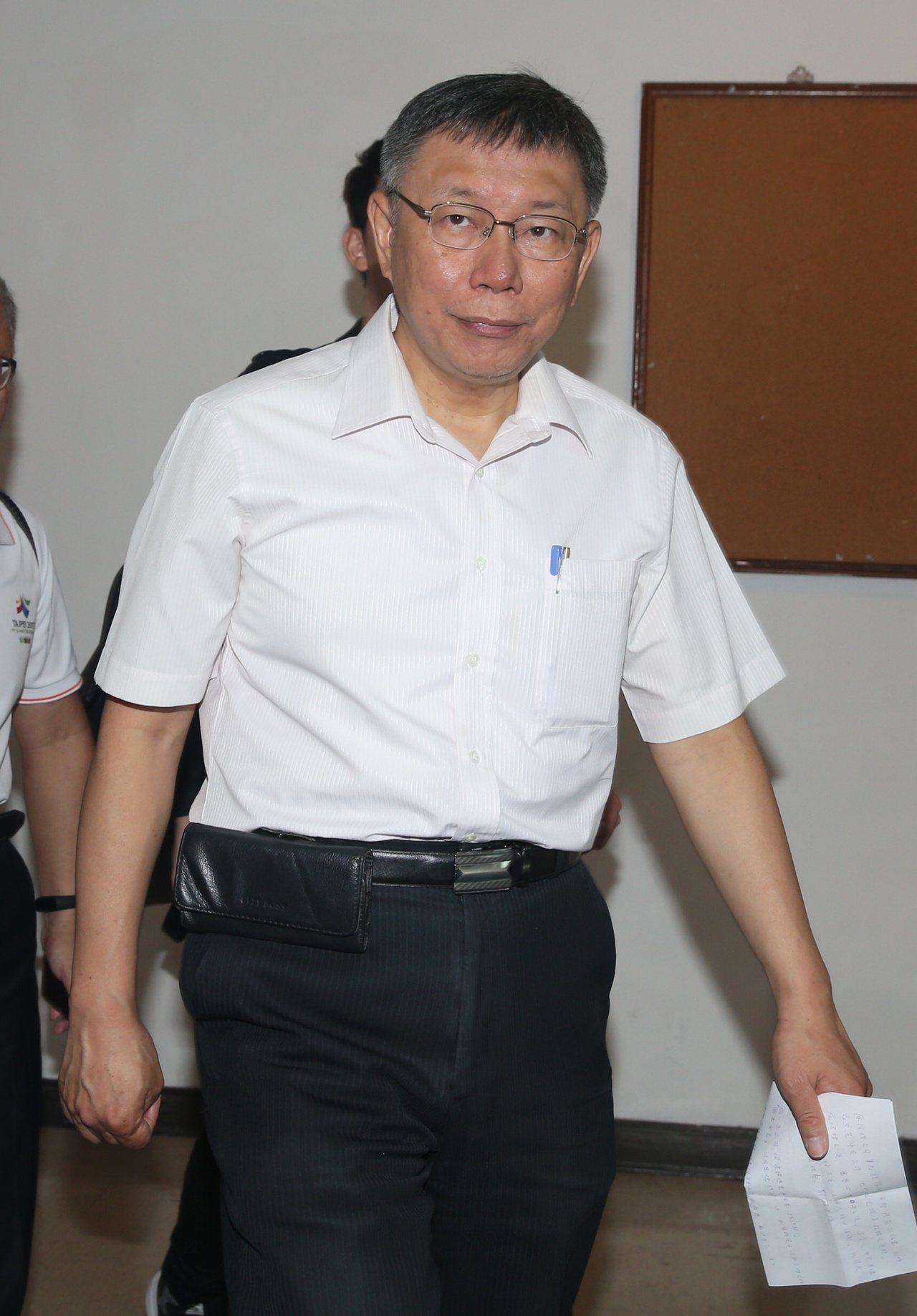 台北市長柯文哲上午出席台北市民政團隊聯合頒獎典禮,媒體大陣仗採訪市長對雙子星開發...