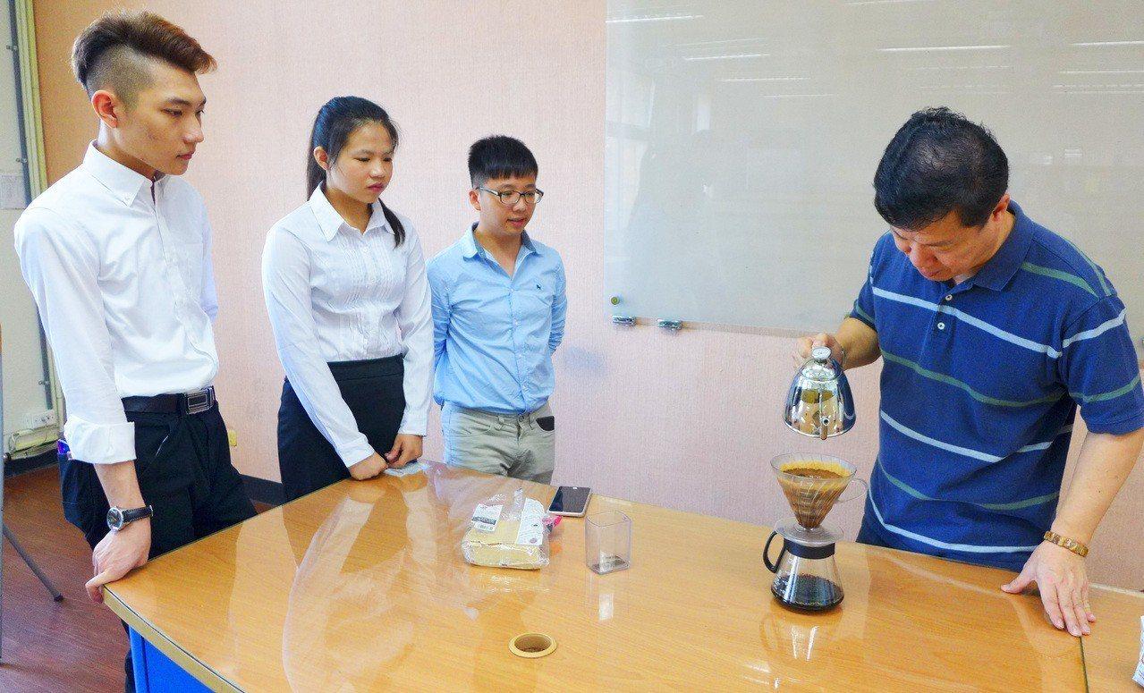 台北城市科技大學企管系去年成立「創業研習社」,今年首先聚焦咖啡專業學習,學會了手...
