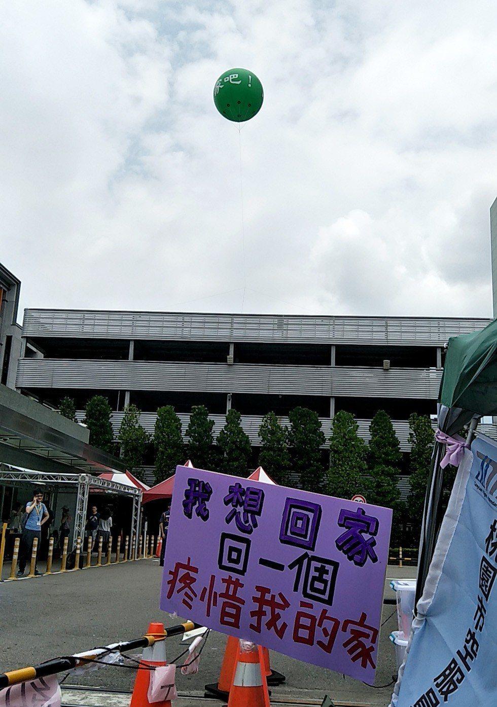 長榮資方升起「回家吧」大氣球溫情喊話, 工會先後掛出「我們還看不見回家的路」、「...