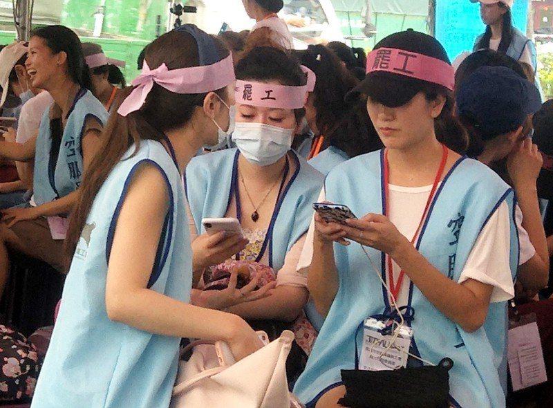 長榮空姐罷工第八天,許多空姐頭綁罷工布條,輪班堅守罷工行列,希望資方趕快協商解決爭議。記者曾增勳/攝影