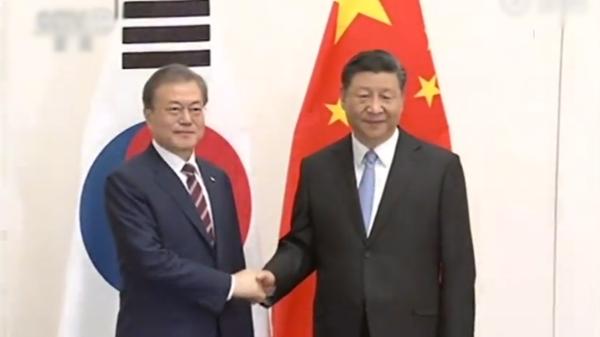 大陸國家主席習近平27日抵達日本大阪,下午與南韓總統文在寅舉行會談。(截自央視)