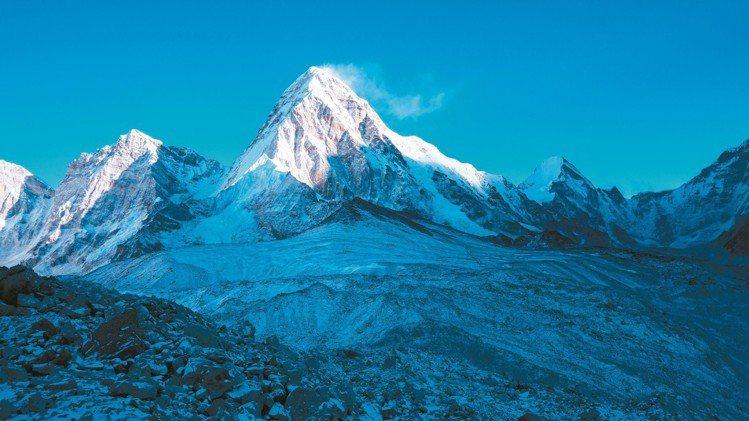 勞力士與國家地理協會合作保護地球恆動不息極地探險計畫,於聖母峰進行多項氣候變遷的...
