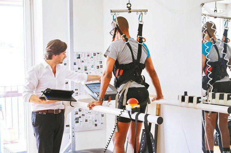 得獎者之一葛瑞格庫爾坦研發革命性的治療法,助癱瘓患者再次行走。 圖/勞力士提供
