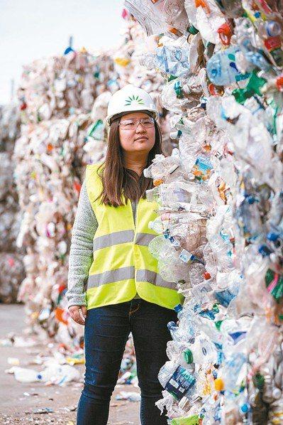 PE材質的塑膠袋目前回收率極低,而得獎者汪郁雯研發出可以回收並製成具有經濟價值新...