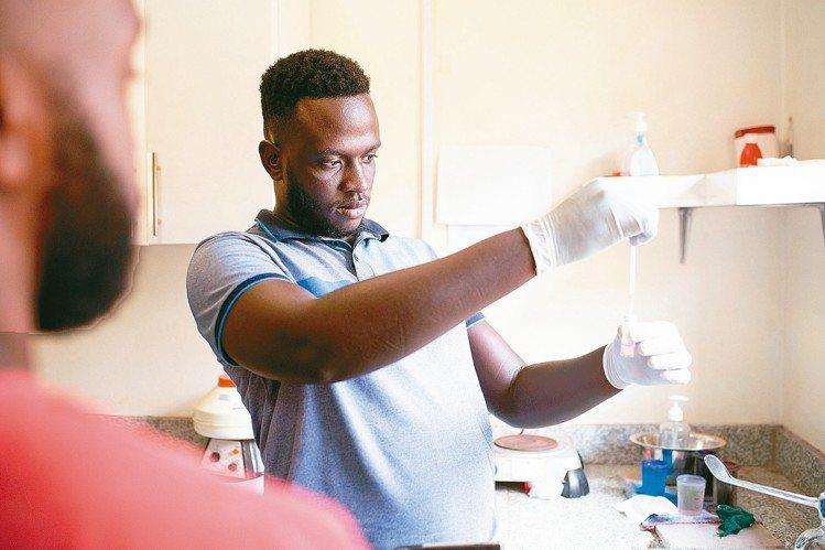 來自烏干達的布萊恩基塔研發出一款新的低成本新型設備Matiscope,無需血液樣...