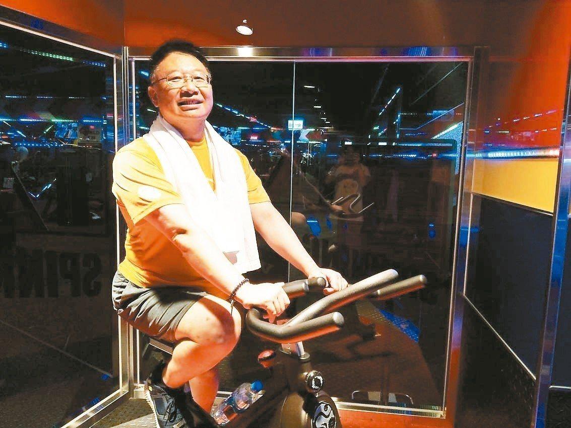 羅東博愛醫院骨科部脊椎外科主任陳劍龍努力減重,為了突破減重停滯期,搭配騎飛輪運動...