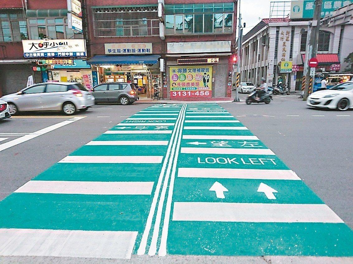為增加行人行走安全,桃市交通局參考南韓道路案例,設計「導盲拉鍊綠底行穿線」。 圖...