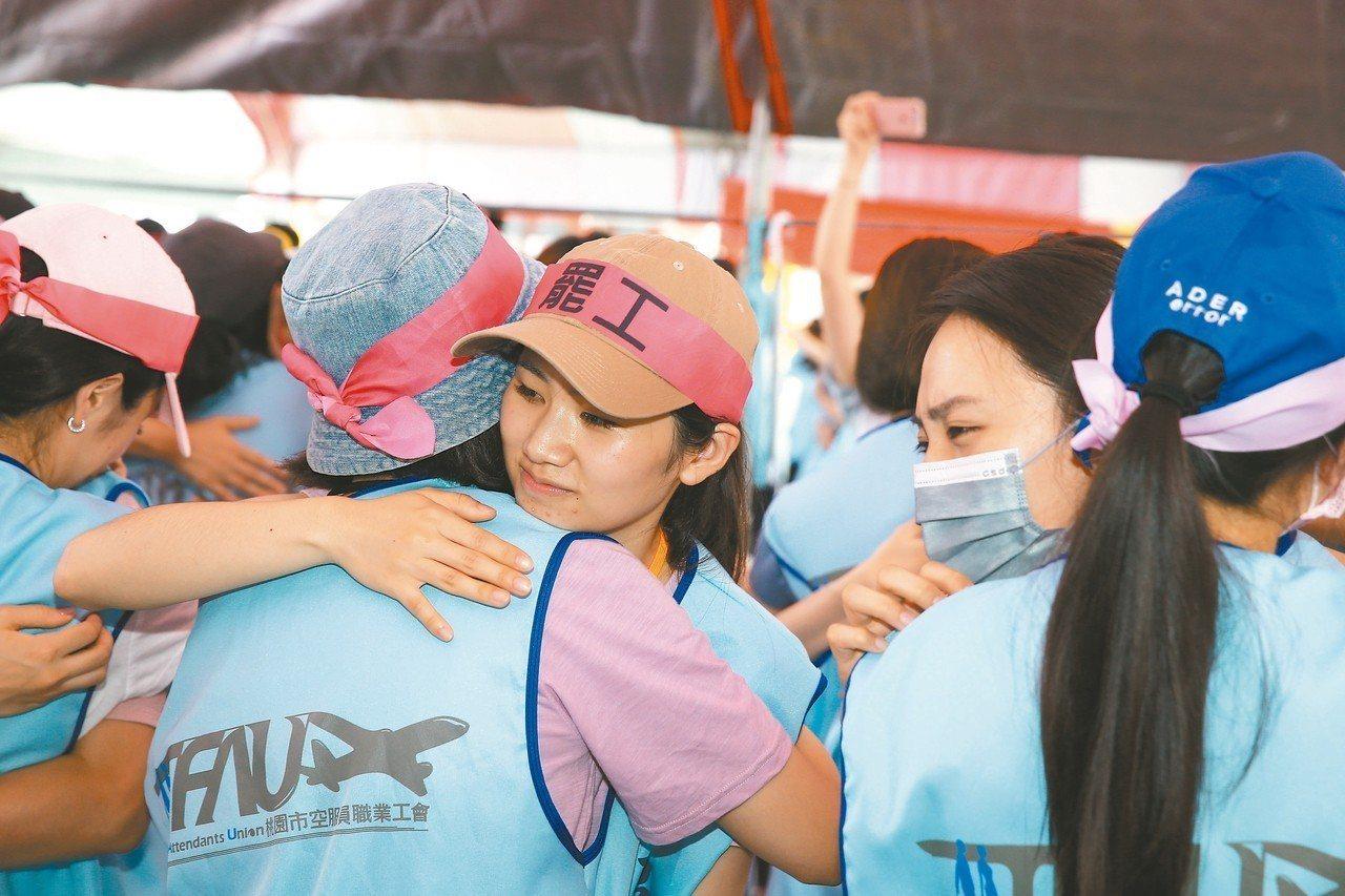長榮空服持續罷工第9天,空服人員昨天藉由遊戲凝聚感情,互相擁抱,大多數參與罷工的...