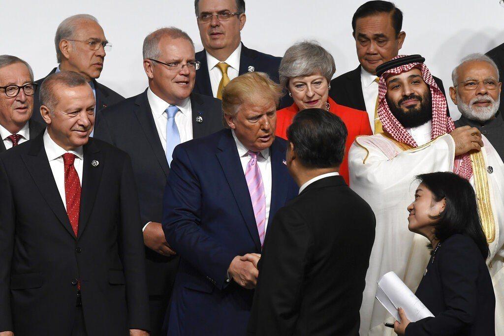 20國集團(G20)大阪峰會中午開幕,川普先站定位,習近平主動上前握手。 美聯社