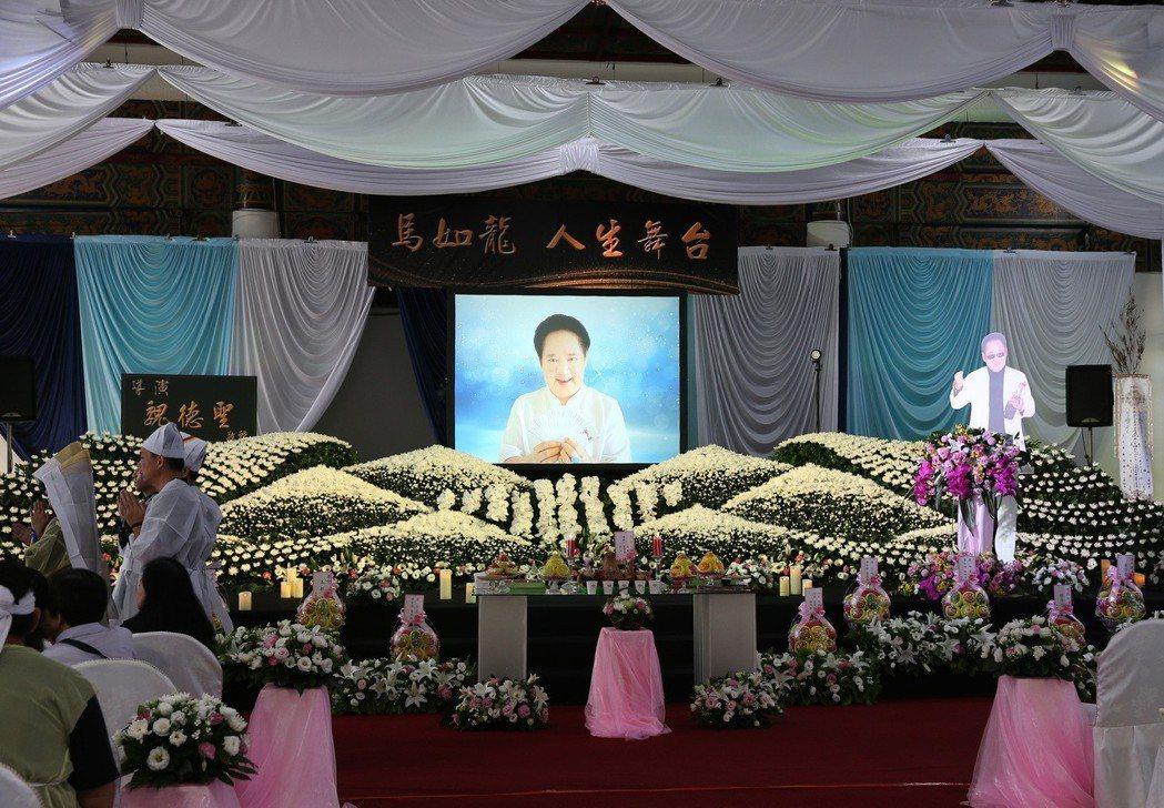 資深演員馬如龍在板橋殯儀館舉辦告別式,遺照是馬如龍8年前去澳門領取華語電影傳媒大...