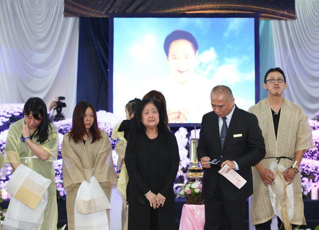 馬如龍遺孀沛小嵐(左三)與家人送馬如龍最後一程。記者林澔一/攝影