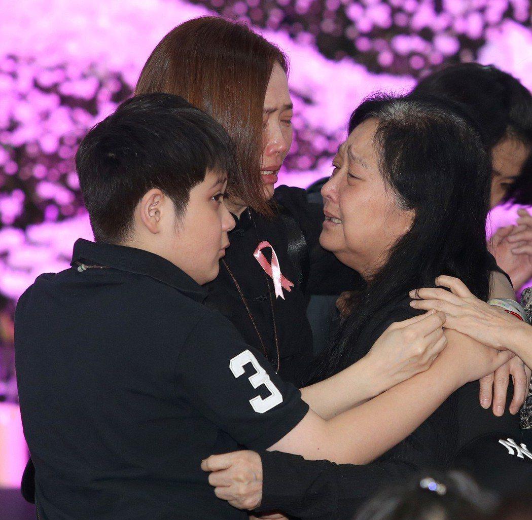 馬如龍遺孀沛小嵐(右)與小姨子林秀玲(中)在告別式上相擁痛哭。記者林澔一/攝影