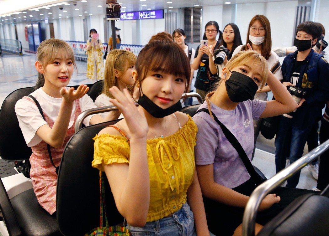 韓國限定女團「IZ*ONE」傍晚抵台,下機後親切地跟粉絲揮手。記者鄭超文/攝影