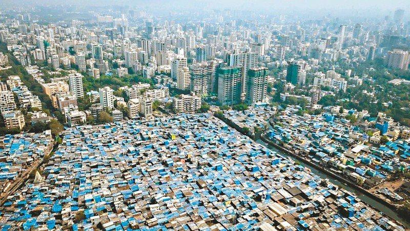 人世間的大不平,富人華廈連雲,出入豪車;而貧者則蝸居斗室。圖為印度孟買的平房區和大廈群,彷彿兩個世界。   圖/取自BBC