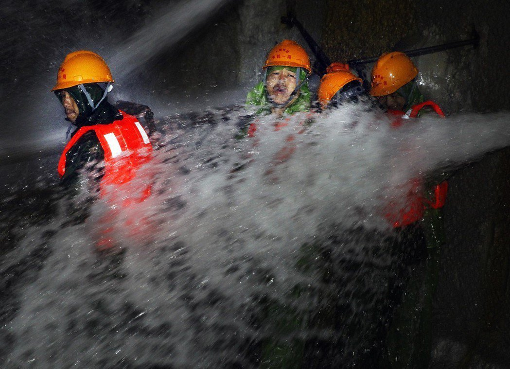 大理至瑞麗鐵路中的大柱山隧道施工環境惡劣,工人必須對抗有如瀑布的大量湧水和高溫。...