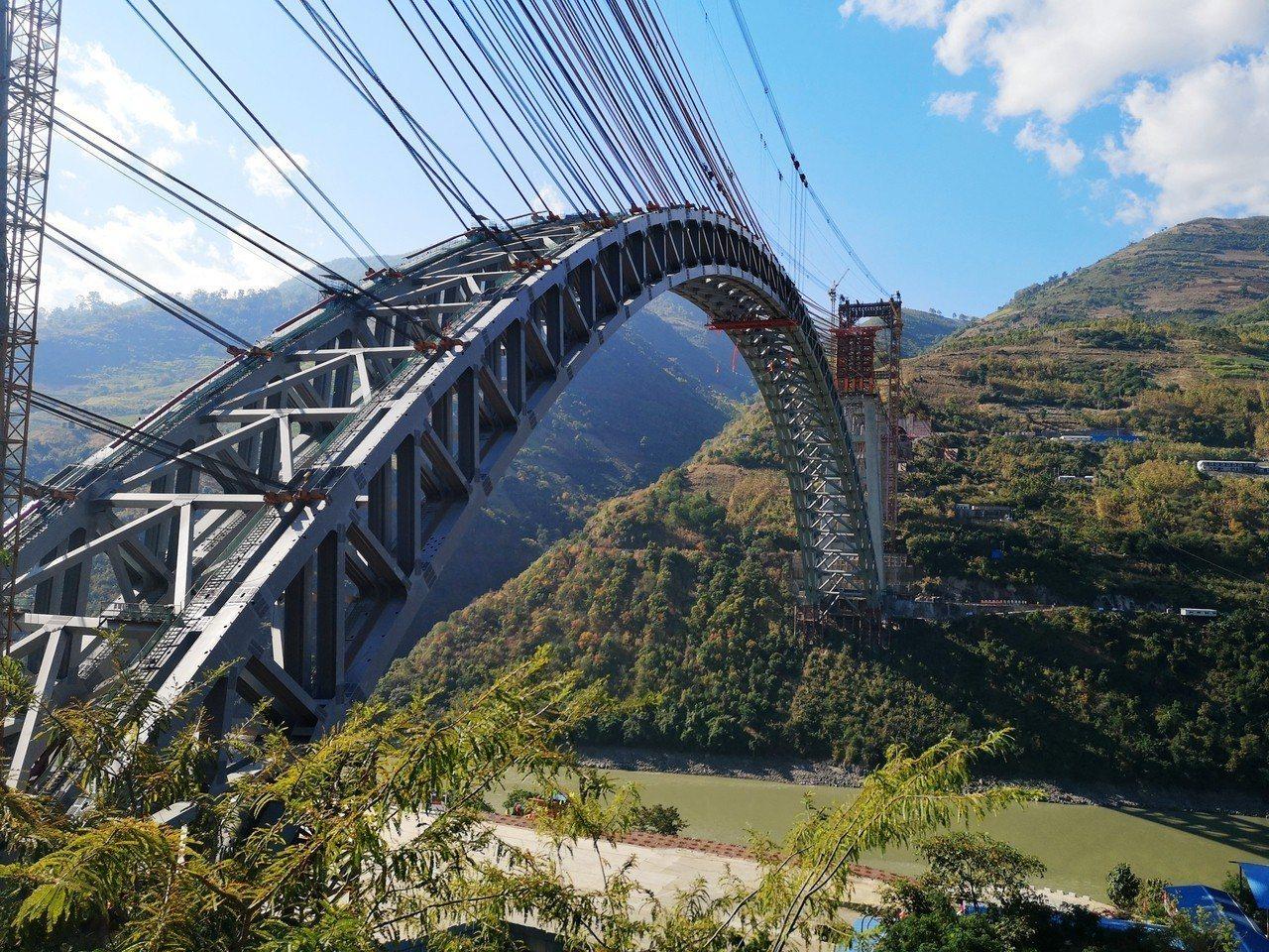 大理至瑞麗鐵路經過高山峽谷,橋隧比例高,隧道都是長隧道。 (中新社)