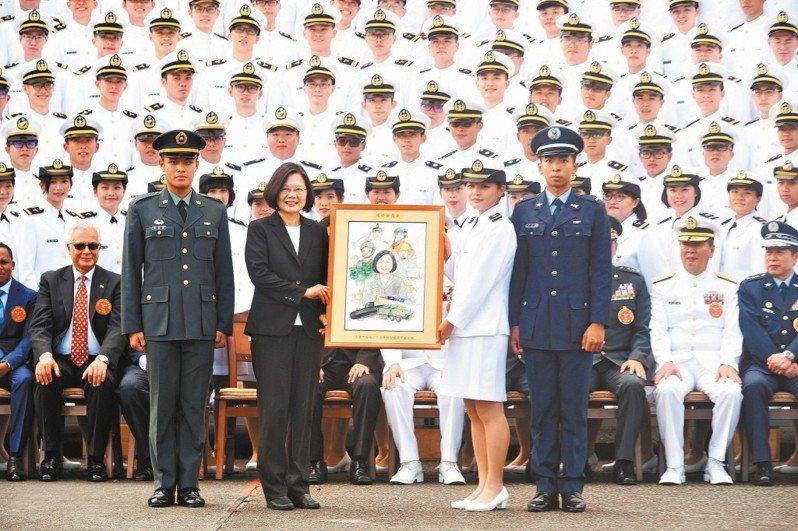 蔡英文總統(前左二)到陸軍官校主持三軍六校畢業典禮,學生送上畫作。 記者林伯東/...