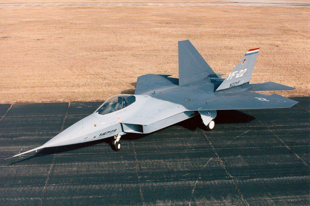 美軍F-22戰鬥機的原型機,機鼻裝有如同避雷針的大型空速管,在量產型上就不復見,...