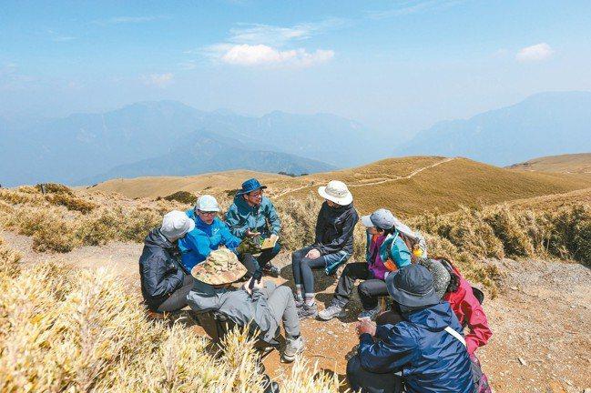 台灣著名社會文化觀察家詹偉雄在合歡北峰舉行高山讀書會。 陳立凱、王騰毅/攝影