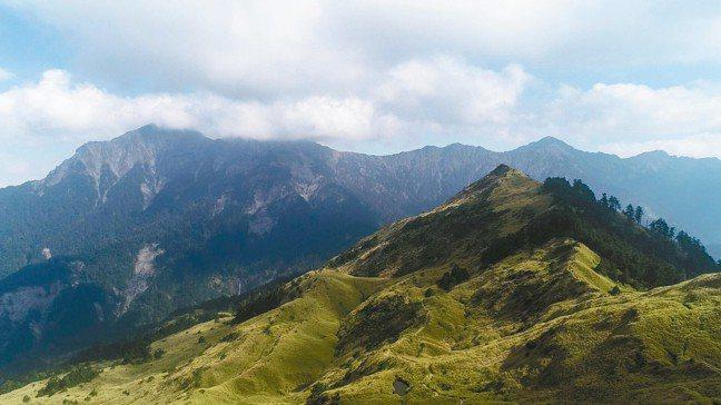 登小奇萊山遠眺奇萊山,高山層次多變美不勝收。 陳立凱、王騰毅/攝影