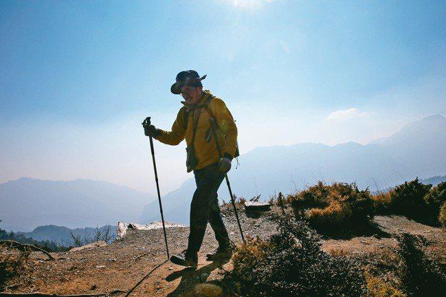 登山客攀登合歡北峰。 記者王騰毅/攝影