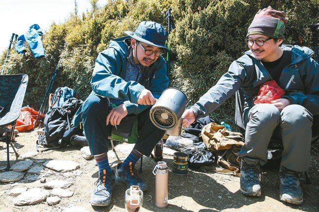 台灣著名社會文化觀察家詹偉雄對攀登高山情有獨鍾,登頂後煮一壺咖啡與山友分享。 記...