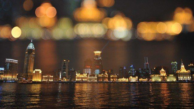 這陣子來到上海會發現,上海人變了,不談股票、不談房價、不談工作,甚至也不談戀愛了...