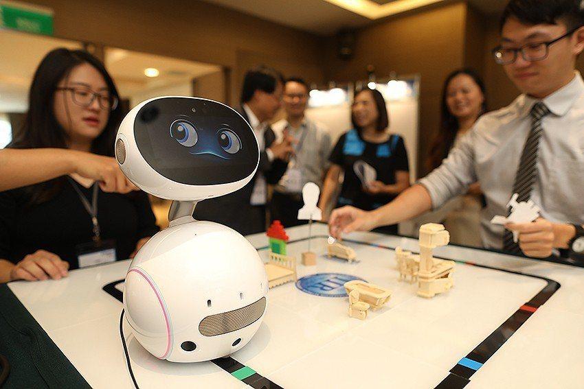 「長照藍圖與醫療應用趨勢論壇暨技術交流展」現場參展之機器人。 國研院/提供