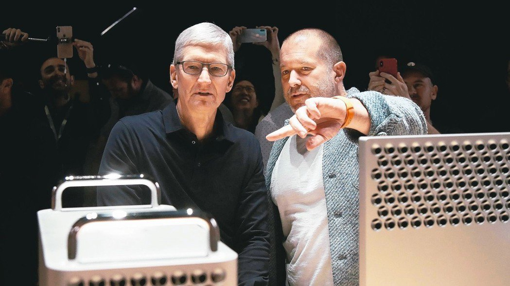 蘋果設計長艾夫(右)即將離開,但仍將設計蘋果產品。左為蘋果執行長庫克。 美聯社