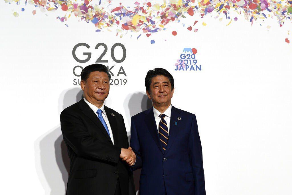 日本首相安倍晉三(右)與中國國家主席習近平。 美聯社