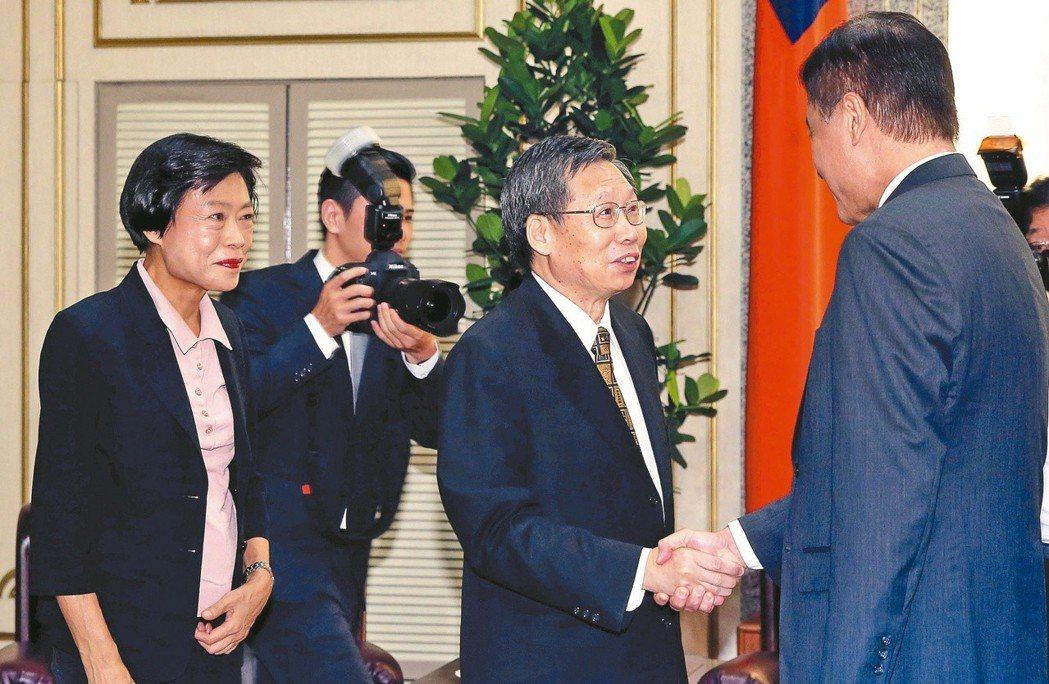 2016年,司法院正副院長被提名人謝文定(中)、林錦芳(左)同時懇辭,史上首見。...