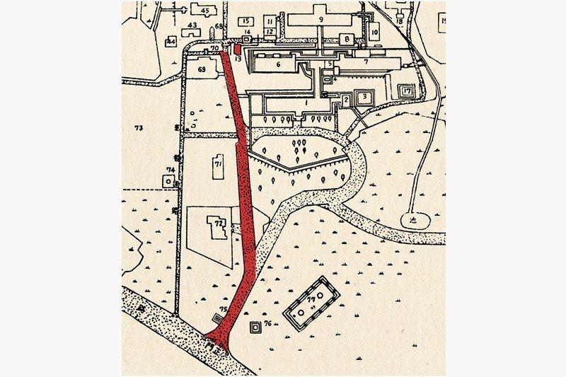 昭和十五年樂生院配置圖。當時患者自正門進入樂生院後,必須沿著圖中紅色標識處(Y形岔路左側)的緩坡,走到圖中標示13號的指導所辦理入院手續。Y形岔路右側是醫護人員、親友才能走的「無菌區道路」。Y形岔路中間區域則種植樹木,遮蔽上方建築。 圖/作者提供;來源/樂生院配置圖,1940年