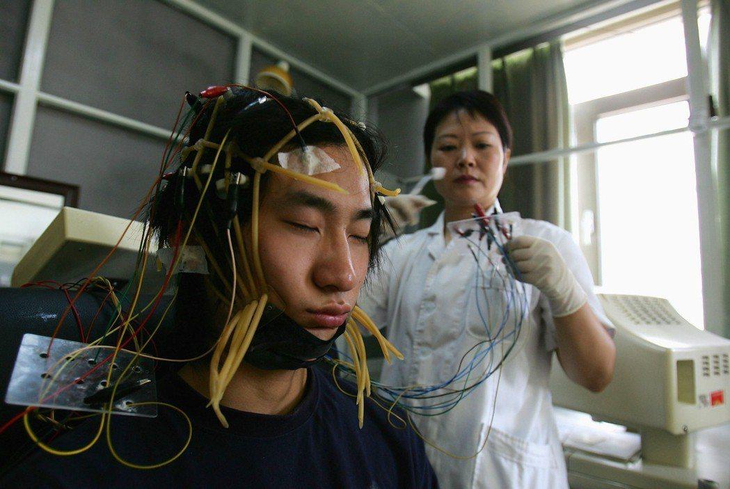 而在戒斷與治療思維之下,中國卻也出現了極端的矯正手段。圖為一名中國少年在網絡成癮...